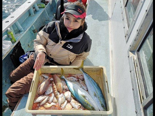 魚をもった女性の写真
