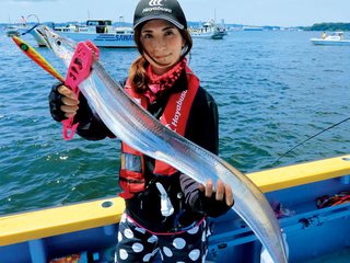盛夏の東京湾はジギングでも快釣。1m級のタチウオが乱舞!