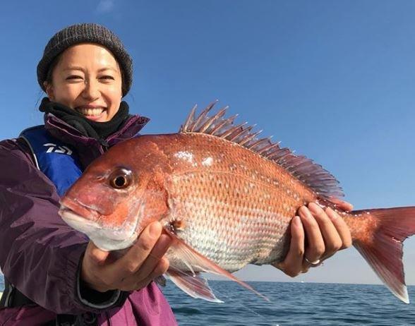 里田まいさんも釣りガールだった!大きなタイを釣り上げたにっこり笑顔がかわいすぎる!夫・田中将大選手の釣りに関する情報も!
