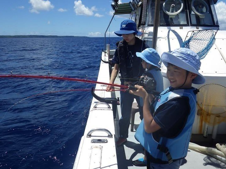 釣り船 子供 女性  写真