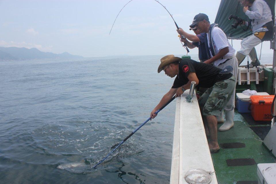 男性 船 釣り 落とし込み 写真