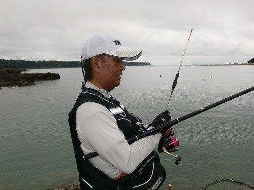 男性 釣り竿 棒ウキ 海 写真