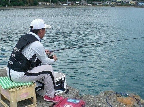 クロダイ 釣り竿 男性 海 写真
