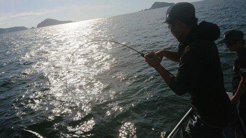 男性 釣り竿 釣り船 海 写真