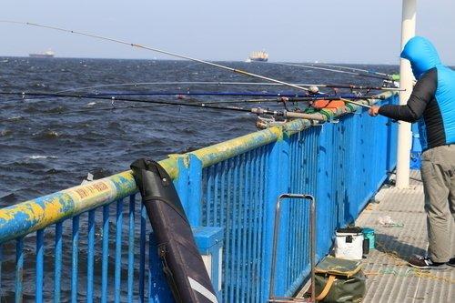 男性 釣り竿 釣り道具 海 写真