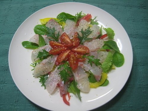 カレイ トマト パプリカ 水菜 グリーンリーフ 皿 写真