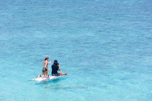 スタンドアップパドルボード 男性 女性 海 写真