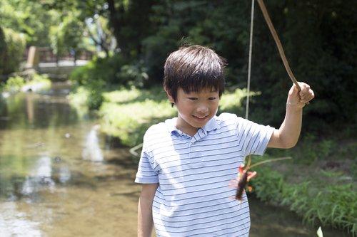 男の子 ザリガニ 竿 釣り糸 川 写真