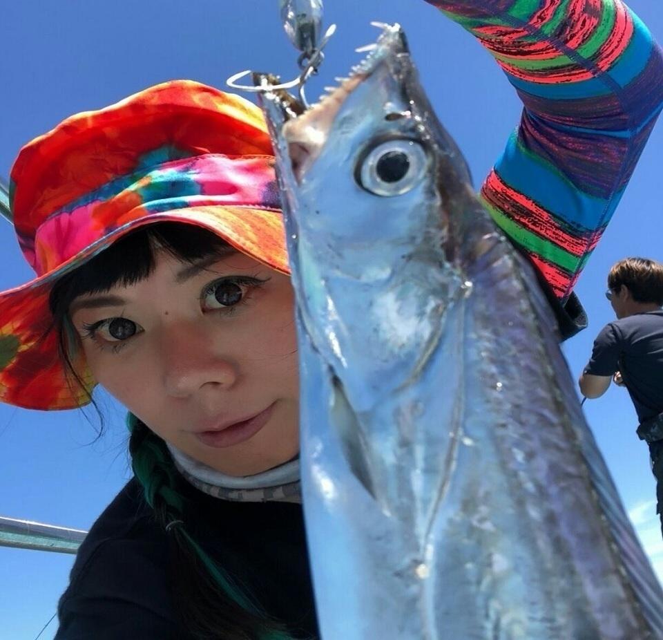 女性 釣り人 タチウオ 写真