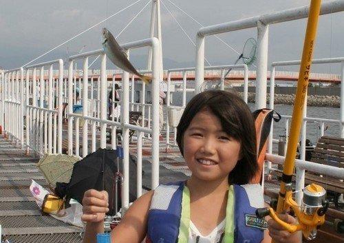 女の子 釣り竿 アジ 釣り公園 写真