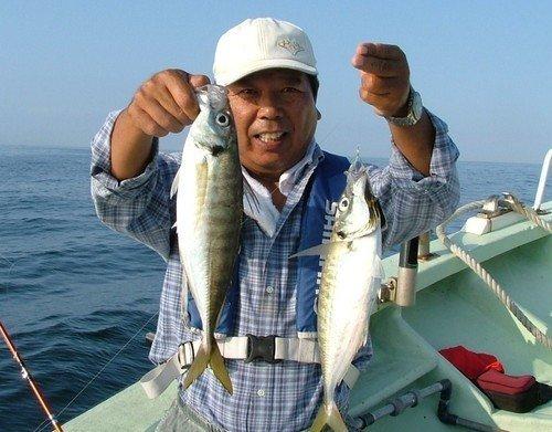 男性 釣船 アジ 釣り竿 写真