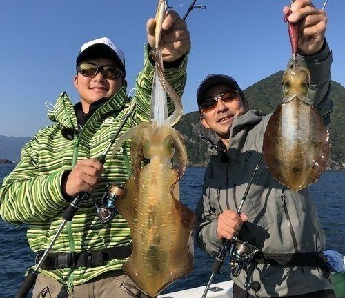 アオリイカ 釣り人 釣り竿 海 写真