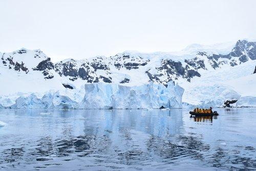 南極 海 氷山 ボート 乗船者 写真