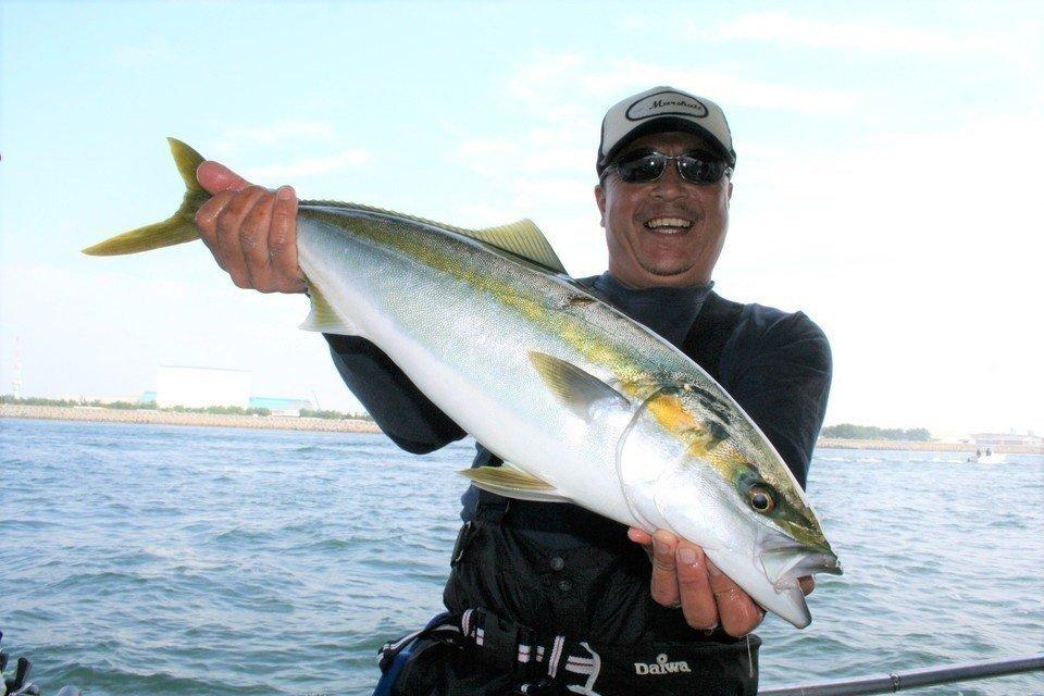 これからの季節はブリの釣りシーズン!餌やルアーを使い分けて多彩な釣り方を楽しもう!釣り方ごとの釣り竿やリールをご紹介いたします!