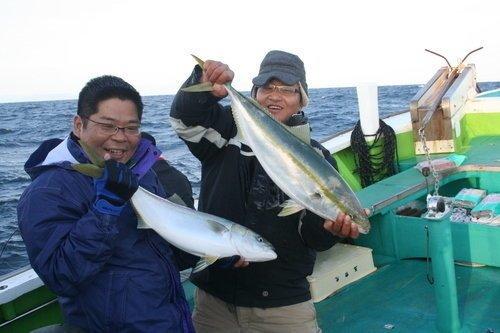 釣り人 男性 ヒラマサ 釣り船 海 写真