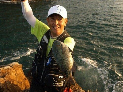 釣り人 男性 グレ 海 写真