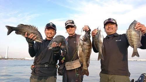 釣り仲間 男性 クロダイ 海 写真