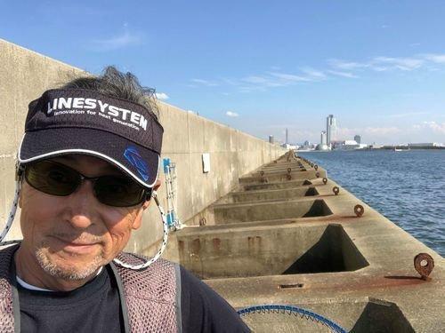 スリット 防波堤 海 釣り人 男性
