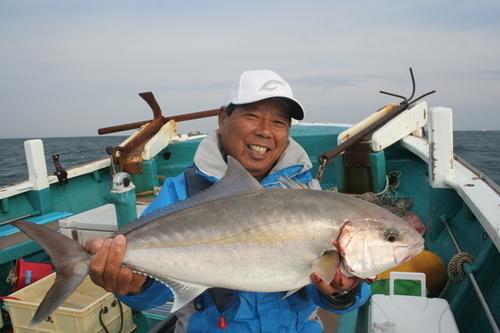 釣り人 男性 カンパチ 釣船 写真