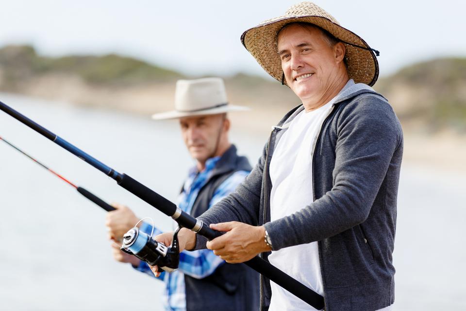 釣り人 男性 仲間 釣り竿 リール 写真