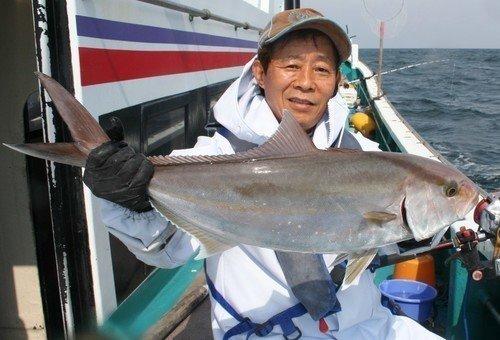 カンパチ 釣り人 男性 釣船 海 写真