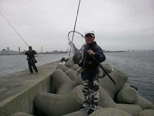神戸和田防 釣り人 男性 釣り竿 タモ クロダイ 海 写真