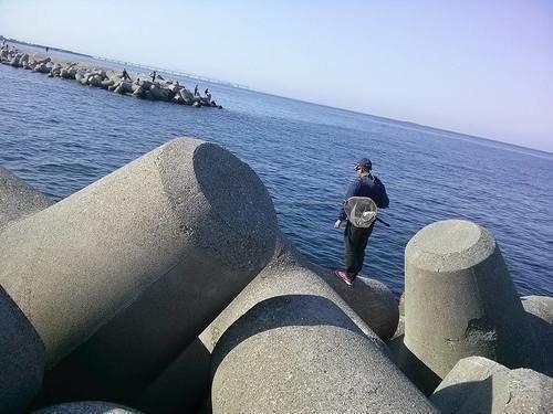 神戸和田防 釣り人 男性 タモ 釣り竿 海 写真