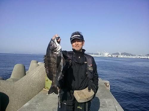 釣り人 男性 クロダイ 埠頭 海 青空 写真