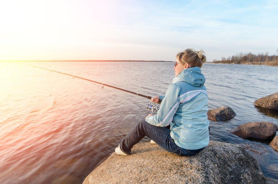 女の子 魚 釣り糸 写真