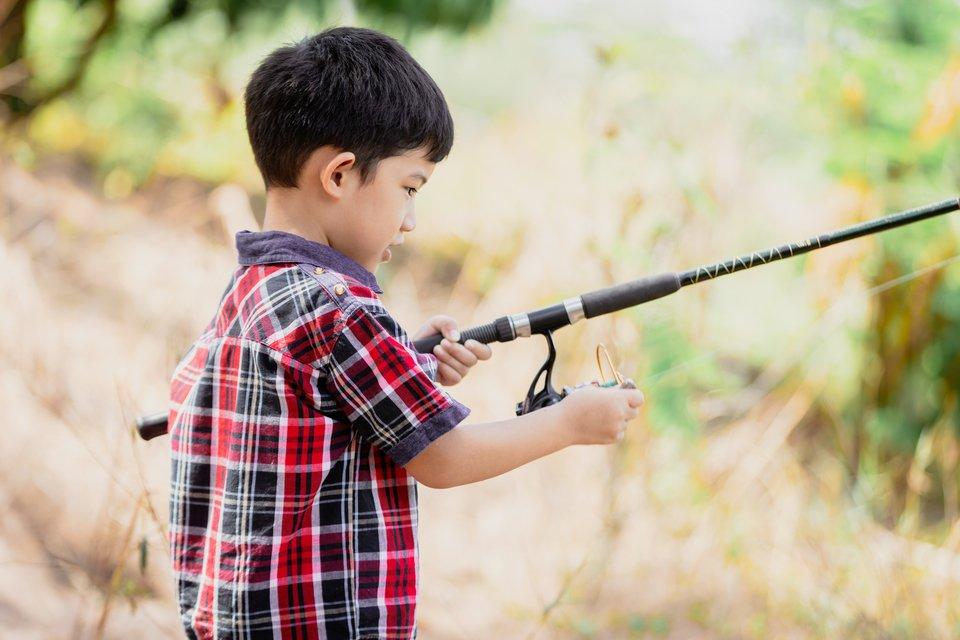 男の子 子供 釣り 写真 木々 写真