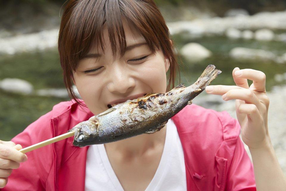 女性 魚 串焼き 写真