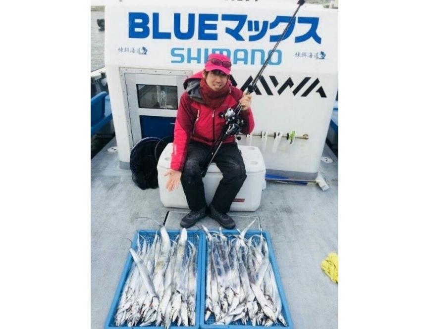 釣り人 男性 釣り竿 タチウオ 釣船 写真
