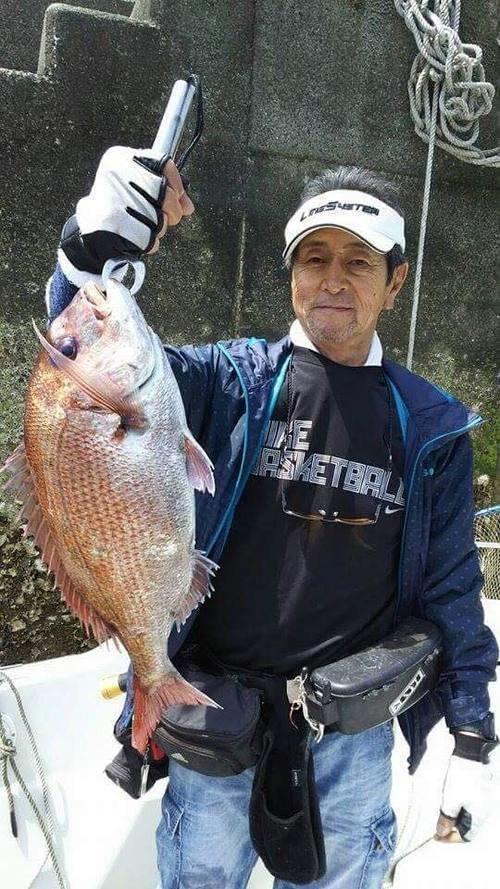 釣り人 男性 マダイ 堤防 写真