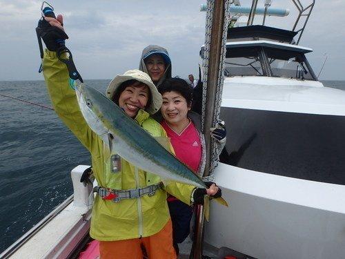 魚 ヒラマサ 釣り人 女性 釣船 海 写真