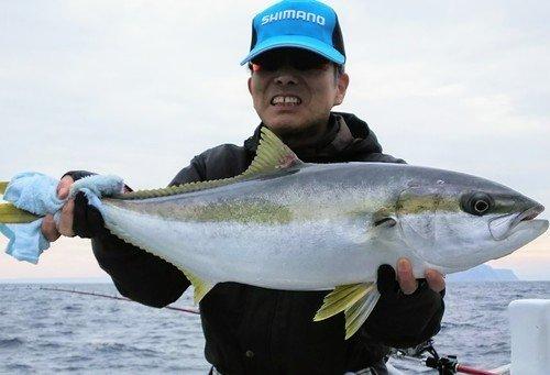 魚 ヒラマサ 釣り人 男性 写真