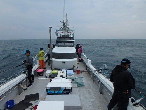 釣り人 釣船 クーラーボックス 海 写真