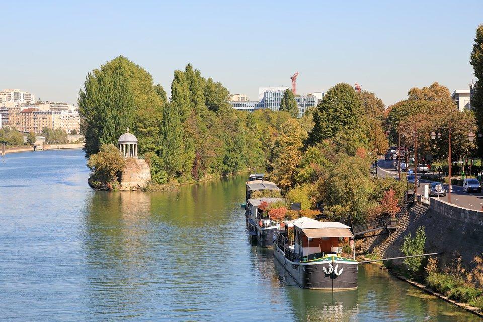 パリ セーヌ川 木々 ボート 写真