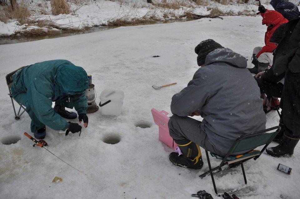 釣り人 ワカサギ釣り 氷 釣り竿 椅子 写真