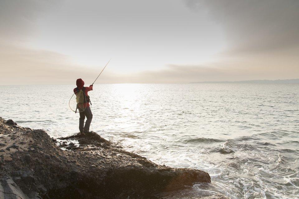 釣りを楽しむ男性の写真