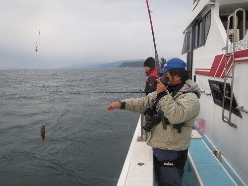 釣り人 男性 釣船 釣り竿 カワハギ 空 海 写真