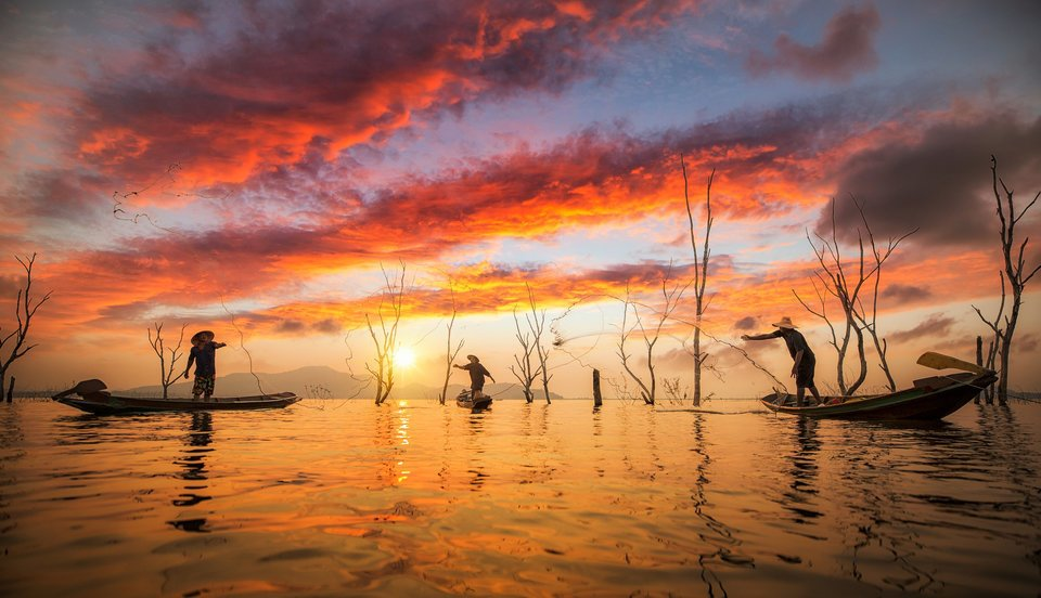 釣り人 ボート 網 夕日 海 写真