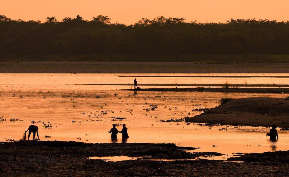 釣り人 女性 川 写真