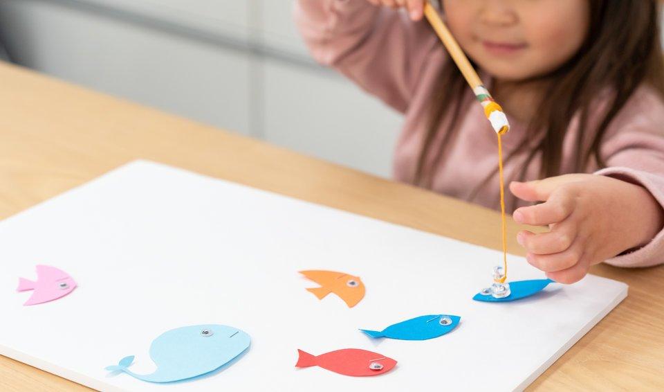 日本人 子供 女の子 魚釣りのおもちゃ 画用紙 写真