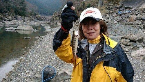 釣り人 女性 川 砂利 アマゴ タモ 写真