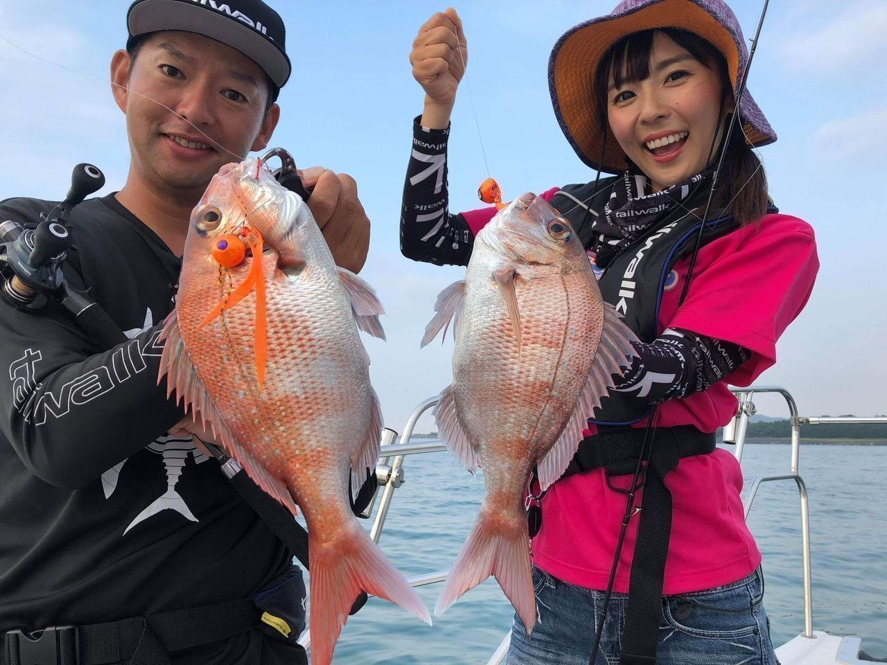 女性と男性がタイラバでマダイ釣りをしている写真