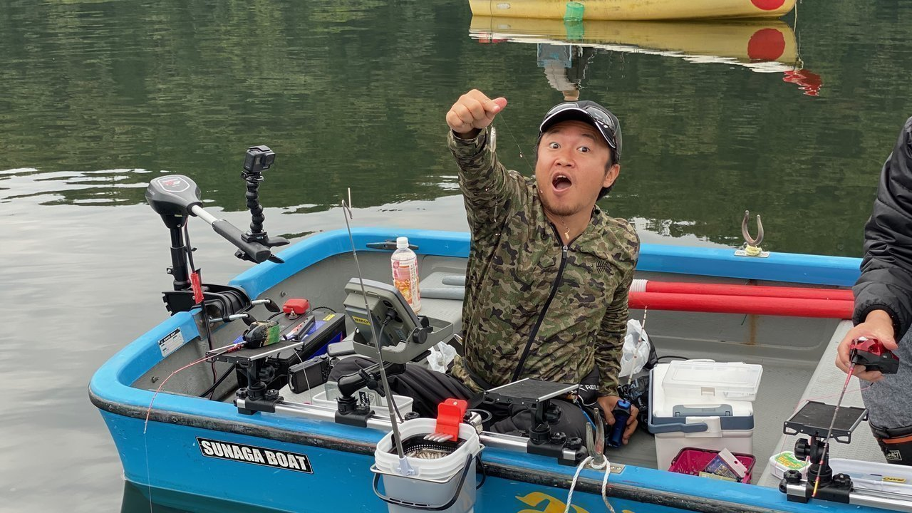ワカサギ釣りを楽しむ男性