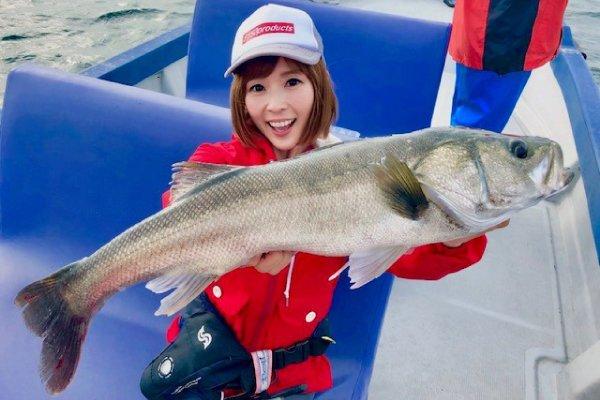シーバスを釣り上げた釣りガールの写真