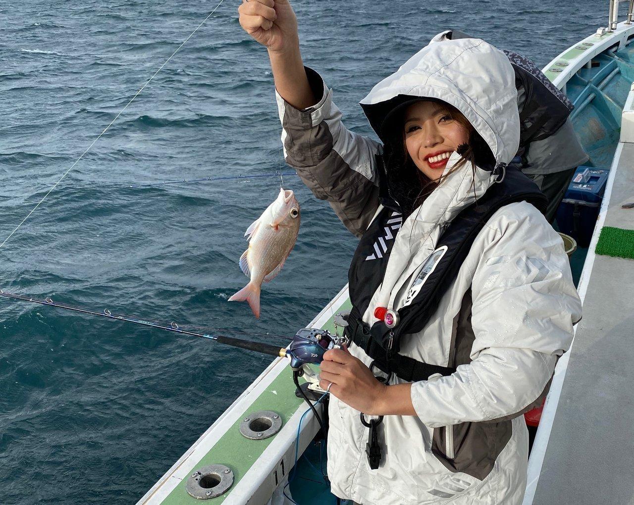 マダイを釣り上げた釣りガールの写真