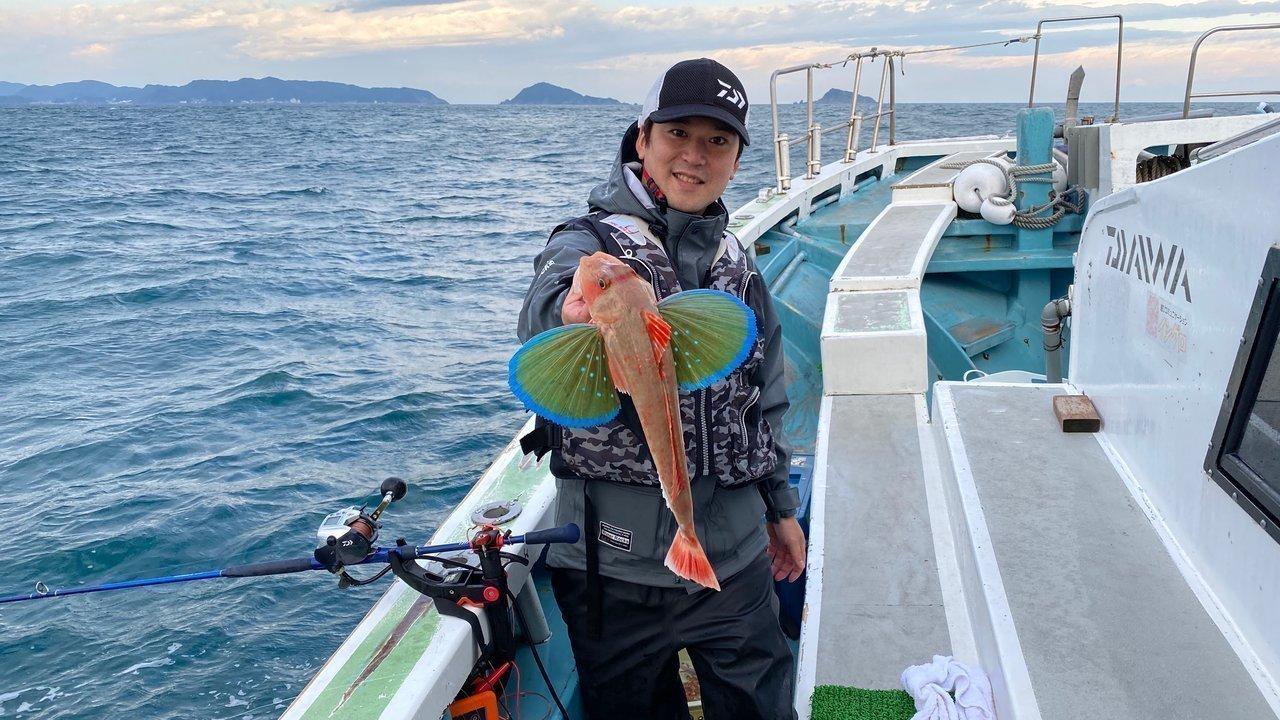 ホウボウを抱える釣り人の写真