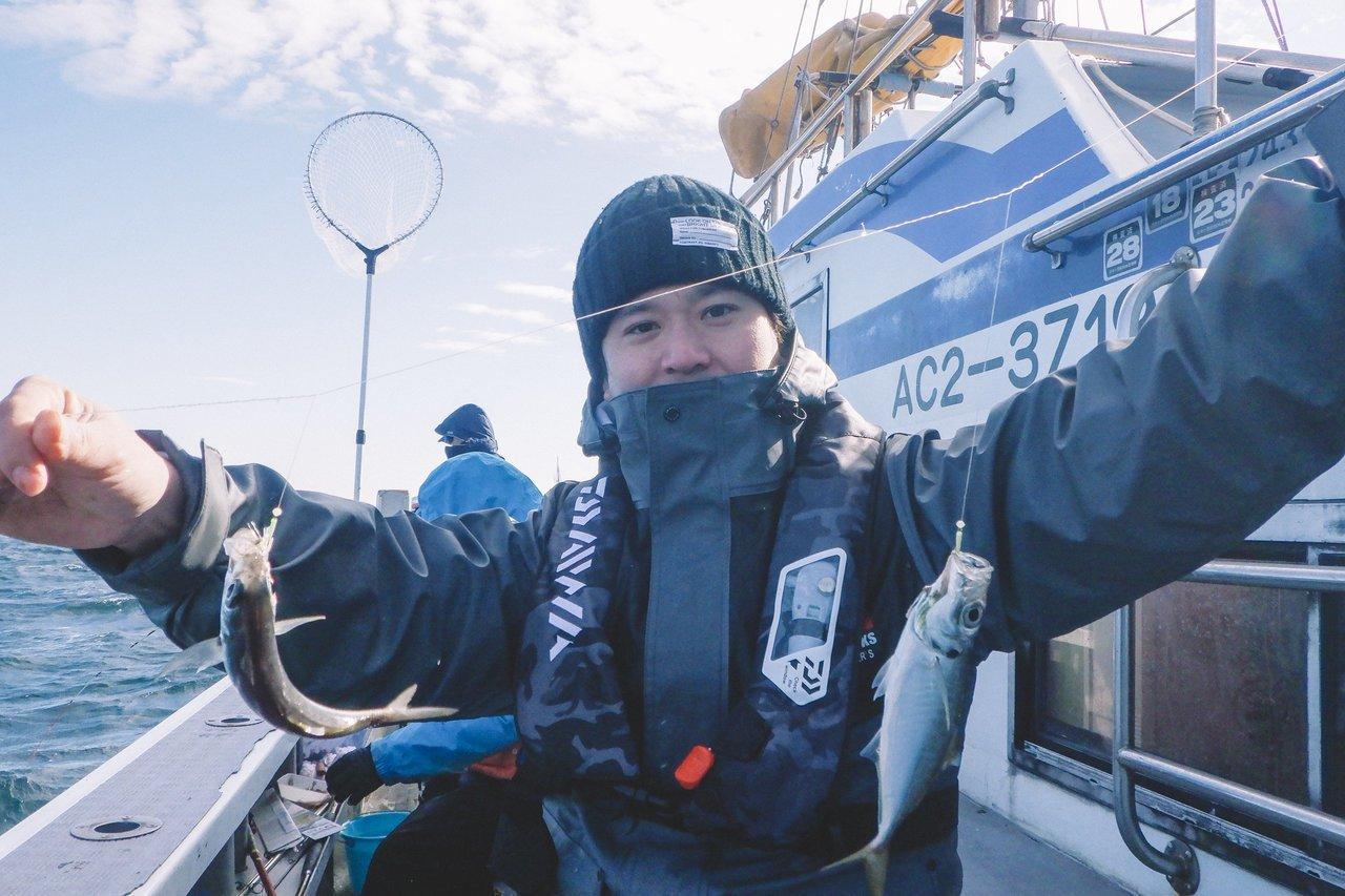 小アジの二連を持つ釣り人の写真
